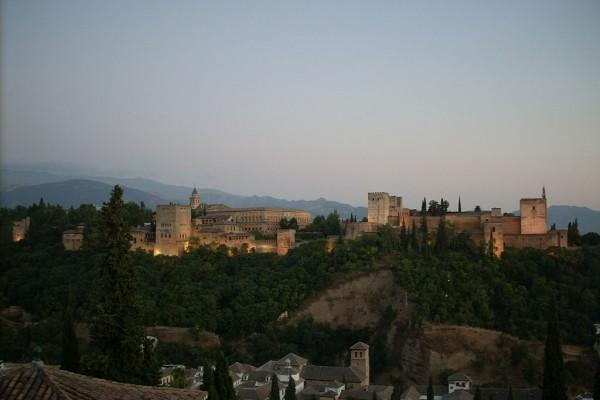 Alhambra_de_noche_vista_desde_San_Nicolas
